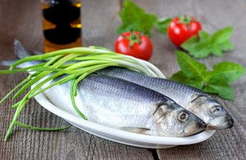 <p><strong>Many people ask: how easy is it to clean herring? We will share a little advice.</strong></p> <p><strong>1)</strong>We put the herring on the cutting board, cut off the head, then the tail.<br /><strong>2)</strong>Using a cutting board cut off the upper fin, running the knife into the abdomen of the fish to the tail, cut it, trying not to damage the interior, there may be caviar / milk. From them you can prepare a separate dish.<br /><strong>3)</strong>Cut the fins from the abdomen, remove the black film, wash the fish under a stream of cold water, put it on a paper towel, let it drain.<br /><strong>4)</strong>With effort, but neatly, we divide the back into two parts, cutting the skin.<br /><strong>5)</strong>Holding the herring by the tail, grab the edge of the pulp and gently pull up, part of the fish with a ridge with the other hand hold on the cutting board (plate). For the rest of the herring, the process of removing the bones is repeated.<br /><strong>6)</strong>You need to choose the bones that are left. First, pull out all the large bones, then carefully select the small ones. It is more convenient to do this with nails or tweezers.<br /><strong>7)</strong>After cutting fish, we have a fillet available, from which you can cook a variety of delicious dishes. Caviar can also be served on the table, as a separate dish, beautifully decorated.</p>